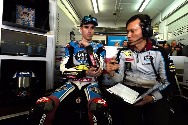 Alex Márquez en el box con uno de sus ingenieros