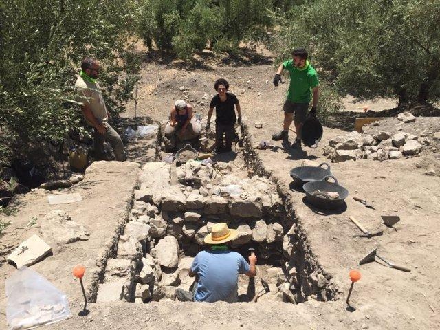 El equipo de excavación, durante una jornada de trabajo en El Laderón