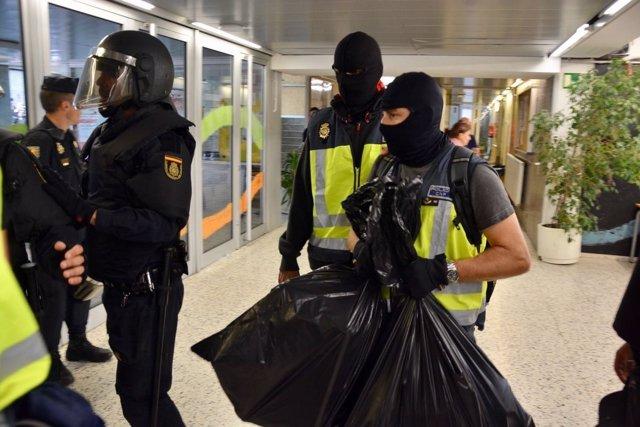 Agentes intervienen urnas y papeletas en distintos colegios de Barcelona