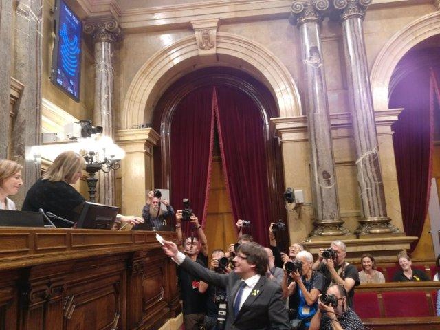 El presidente Carles Puigdemont vota en el Parlament