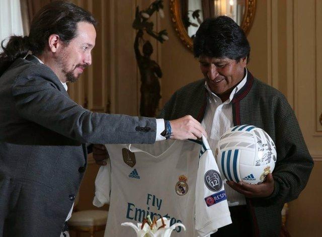 Iglesias regala una camiseta del Real Madrid a Evo Morales