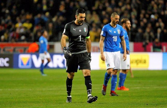 Buffon y Chiellini, con la selección italiana, tras perder la ida de la repesca