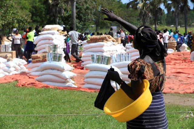 Refugiada sursudanesa en Uganda en un reparto de comida