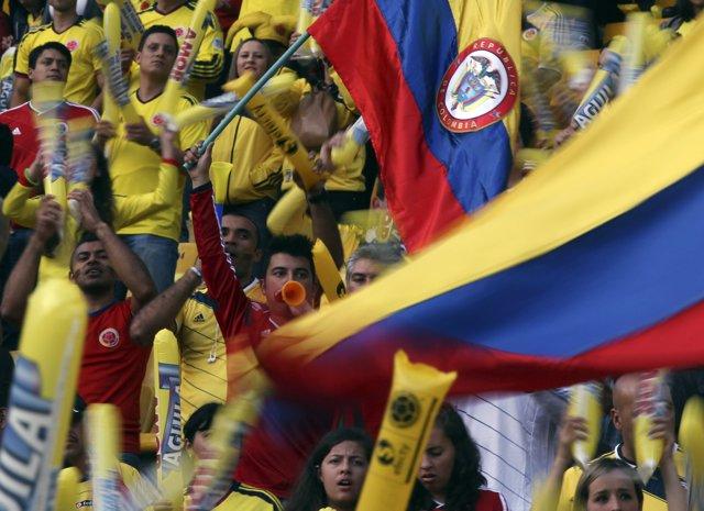 Colombianos animando un partido