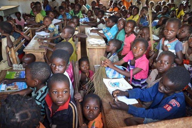 Niños bantúes y pigmeos en República Democrática de Congo