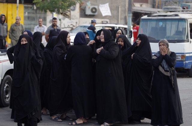 Mujeres iraquíes ante el escenario de un coche bomba en Bagdad