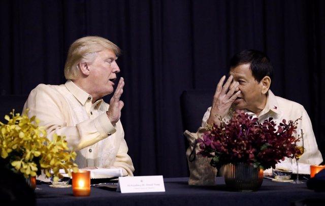 Trump conversa con el presid de Filipinas, Rodrigo Duterte