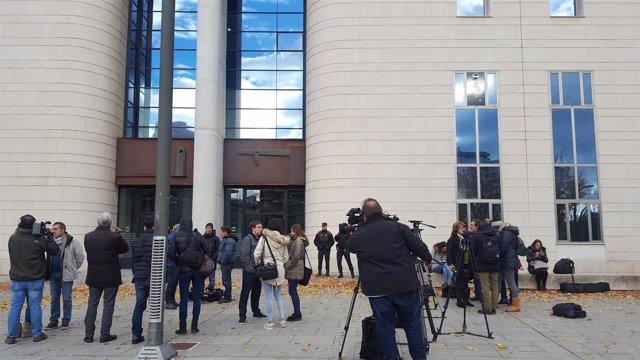 Expectación mediática en el inicio del juicio por supuesta violación grupal.