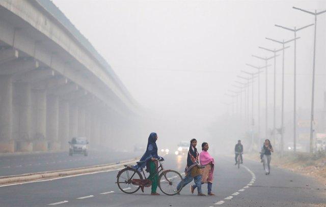 Un grupo de gente cruza una carretera en Nueva Delhi