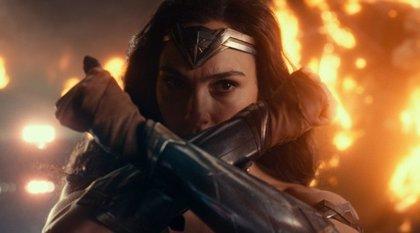Liga de la Justicia: Wonder Woman se enfrenta a Steppenwolf en el nuevo y brutal clip
