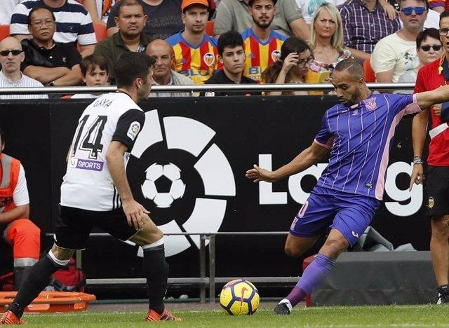 Nabil El Zhar saca un corner en el Valencia-Leganés