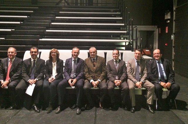 El consejero de Cultura junto a representantes de entidades financieras