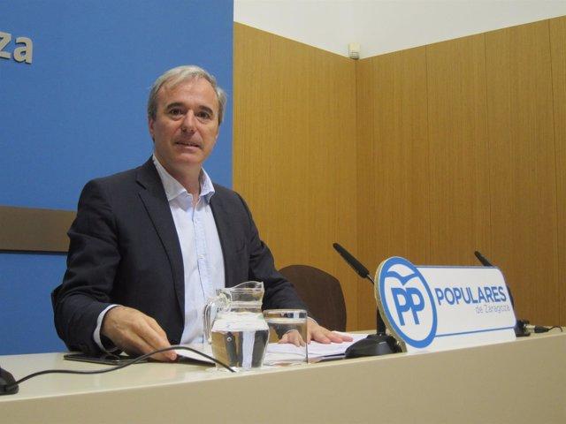 El portavoz del PP, Jorge Azcón, en rueda de prensa en el Ayuntamiento