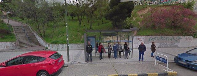Viajeros en una parada de EMT Madrid