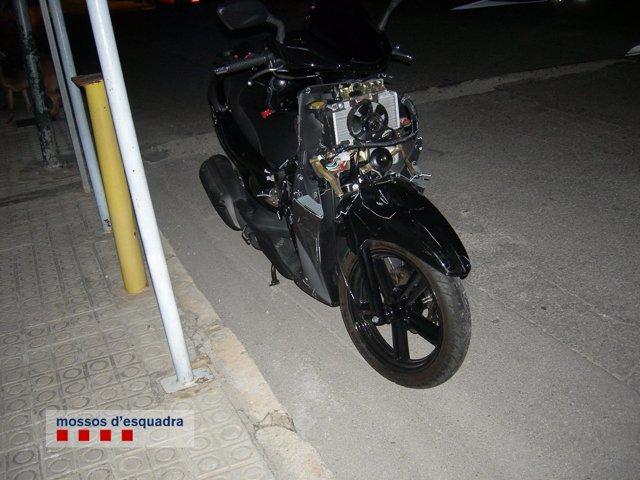 Motocicleta accidentada en Cubelles