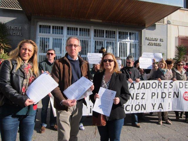 Ruiz (centro) y extrabajadores de Pérez Giménez ante la Audiencia