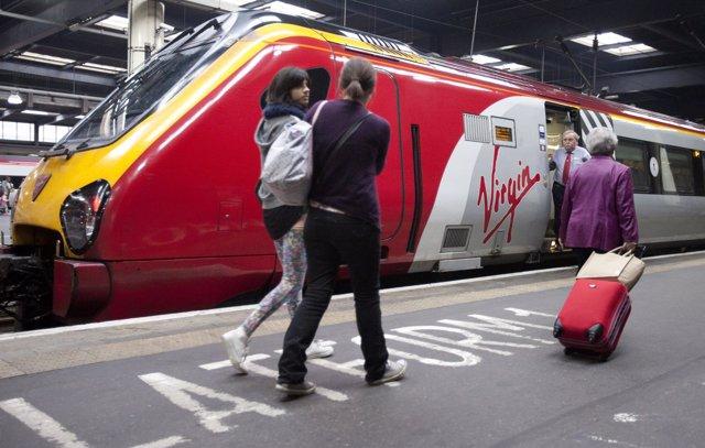 Pasajeros subiendo a un tren en la estación de Euston, Londres (ARCHIVO)