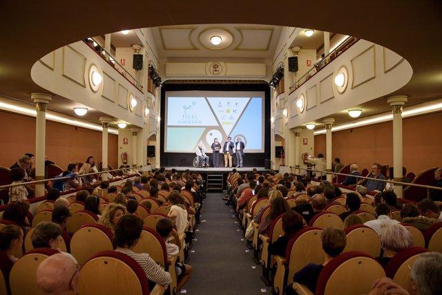 El Teatro Apolo se ha llenado con la presentación del Certamen 'Gallo Pedro'.