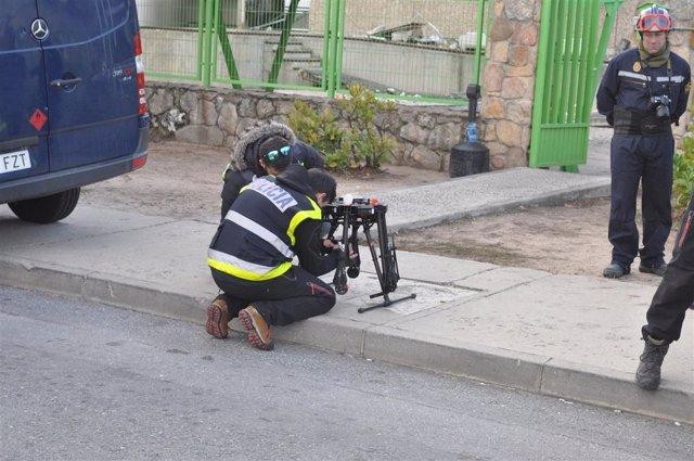 Agentes policiales con un dron en las instalaciones de Ornua