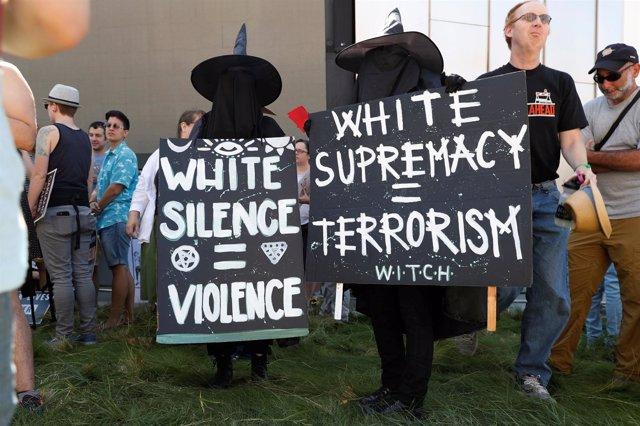 Manifestantes protestan contra la supremacía blanca (ARCHIVO)