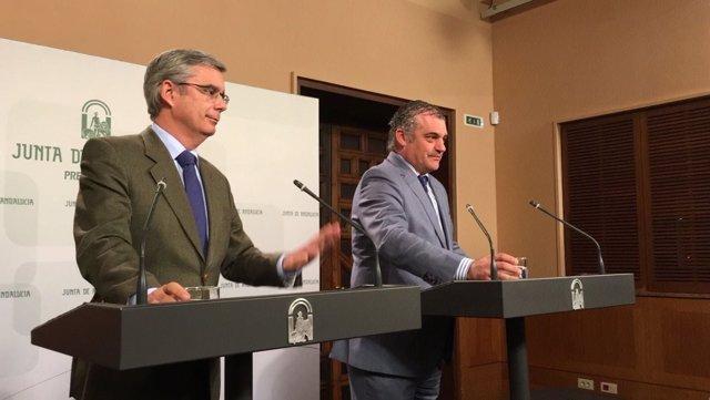 El portavoz del Gobierno andaluz, Juan Carlos Blanco, con el consejero de Empleo