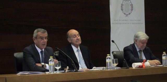 Miquel Roca, al centre, en el Col·legi d'Advocats de València