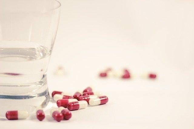 Fármacos, pastillas, agua, tratamiento