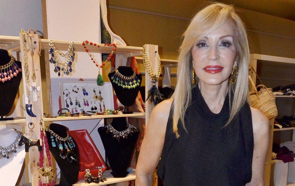 Carmen Lomana en mercadillo navideño