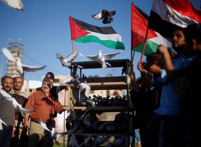 Banderas palestinas para celebrar el acuerdo de reconciliación