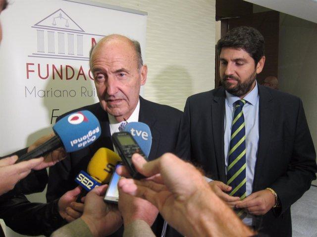 Miquel Roca Junyent acompañado por Fernando López Miras