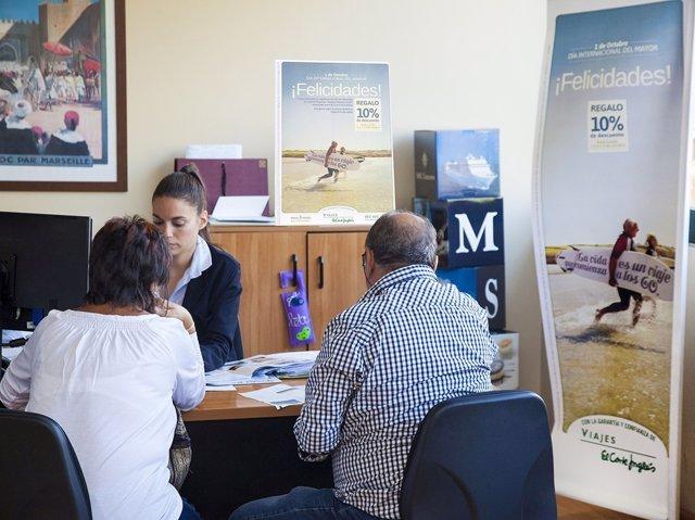 Turistas senior en agencias de viajes