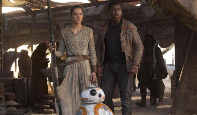 Daisy Ridley y John Boyega en 'Star Wars: El despertar de la fuerza'