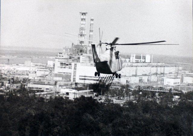 Helicóptero rociando con productos antiradiación el entorno de la central