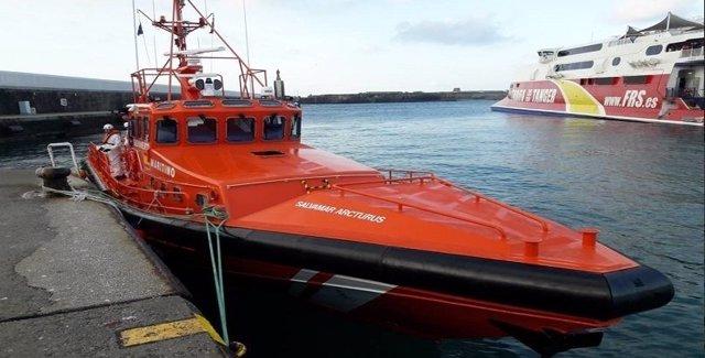 La embarcación de Salvamento que ha rescatado y trasladado a las 40 personas