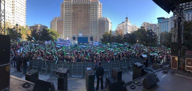 Extremeños en la Plaza de España de Madrid por un tren digno