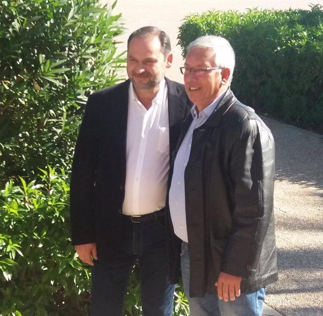 El secretario de Organización del PSOE, José Luis Ábalos, a la izquierda