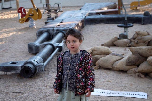 Parque infantil convertido en zona de guerra