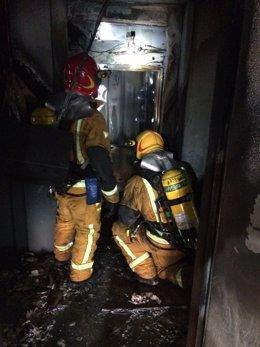 Bomberos en el incendio de El Campello