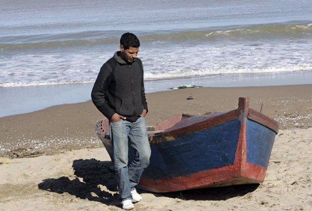 Un joven en una playa de Argelia