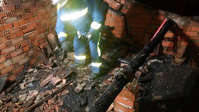 Ávila.- Un bombero actúa en el incendio