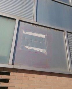 Arrenquen una de les plaques de la rebatejada com a 'plaça 1 d'octubre' al barri de Cappont de Lleida (ACN)