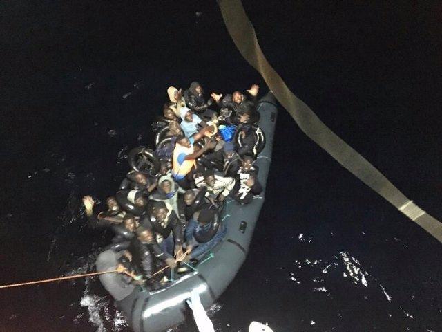 Rescate de una patera por Salvamento Marítimo en el Mar de Alborán