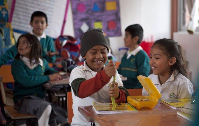 Dos menores participan en un programa de educación infantil del  Banco