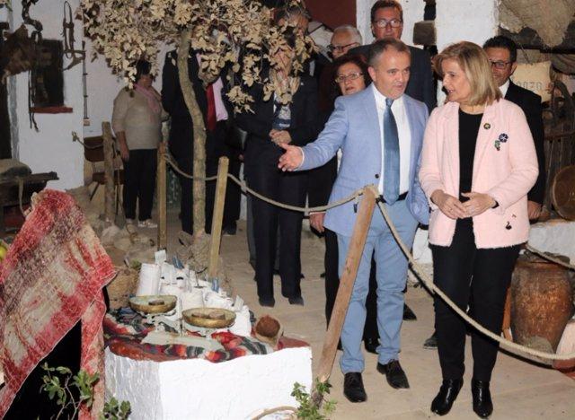 Fátima Báñez inaugura el belén viviente de Beas.