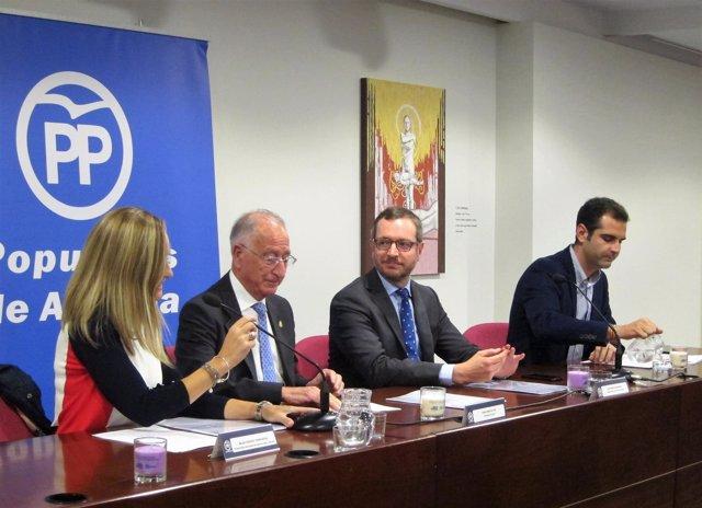 En el centro, el vicesecretario de Política Social de PP, Javier Maroto