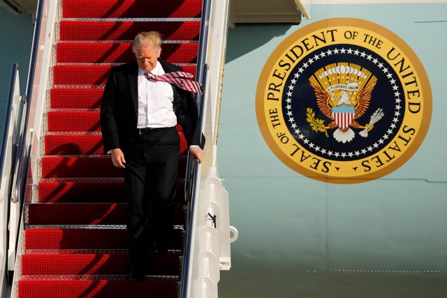 El presidente estadounidense, Donald Trump, bajando del 'Air Force One'