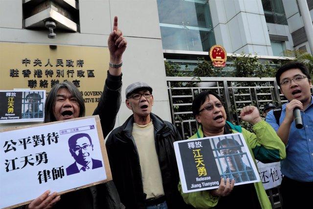 Un grupo de manifestantes protestan por la inhabilitación de Jiang Tianyong.