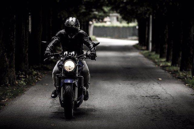 Hombre en moto, motociclista