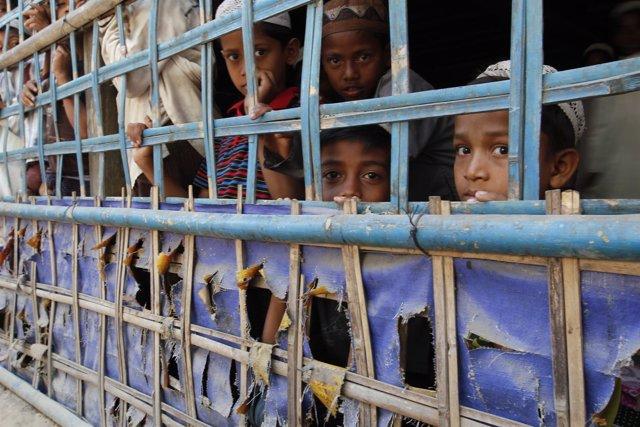 Niños rohingya en Rajine