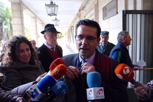 Francisco Cuenca, alcalde de Granada, atiende a los medios